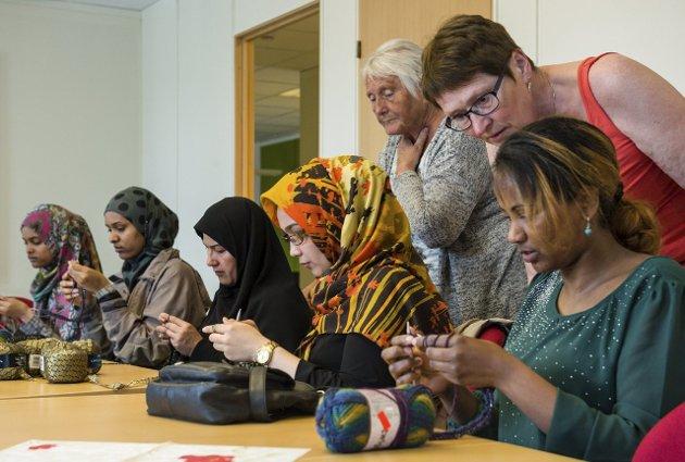 1 Konsentrert: Søstrene Randa og Suad Ismail (f.v.), Raghayeh Hosseini, Farzane Hosseini, og Tirhas Kiros Kahsay strikker maske for maske med god instruksjon fra Aud Jacobsen (bak t.v.) og Karin Sandnes.