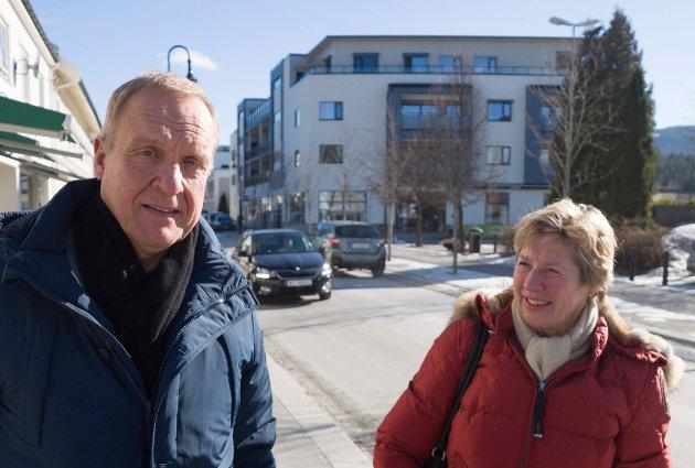 STØ KURS: - Hele organisasjonen jobber sammen, sier ordfører Lars Magnussen, her sammen med rådmann May-Britt Nordli .