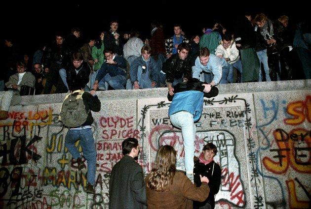Et samlet Europa: 9. november 1989 «falt» muren som delte Tyskland og Europa i to. Her ser vi folk ta seg opp på muren ved Brandenburger Tor i Vest-Berlin et par dager etter den historiske hendelsen. Innsenderne tar opp hva EU betyr for Europa og Norge.