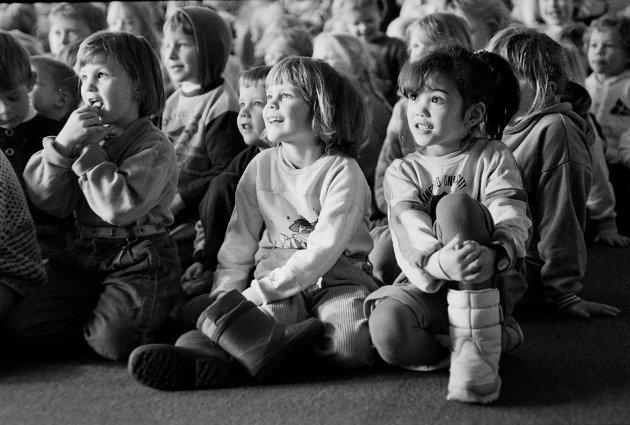 """9. februar 1993. Eidsvoll folkebibliotek, """"Lille Blå og Bløtkaka"""". RB digitaliserer arkivet. Da dette dukketeateret ble omtalt i avisen, ble kun bilder av dukkene benyttet, ifølge fotografen. Kanskje noen kjenner seg igjen?"""