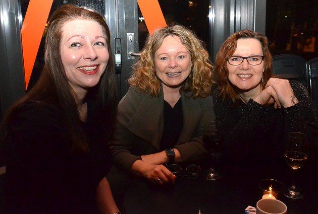 BLODFAN: – Jeg er blodfan av Follo Politidistrikts bluesband. De er kjempedyktige, sier Ingrid Fredstad (i midten). Helen Eriksen (t.v.) og Heidi Brathagen er enige med Ingrid.