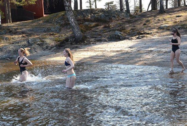 KALDT, MEN DEILIG: – Det er skikkelig iskaldt å bade, men en herlig følelse når man kommer opp av vannet, roper trioen Hanne Ødegård (f.v.), Linn Høidahl og Linn Aadahl mens de sørger for årets første (iskalde) bad ved badeplassen i Ørje helt sør i Rødenessjøen.