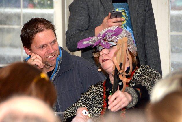 Hans Mogstad fikk besøk ved bordet av en snakkesalig nordlending i Elisabeth Jensens skikkelse.
