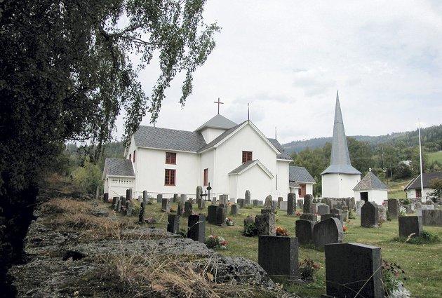 Tretten kirke i Gudbrandsdalen: For å få slutt på all løpingen skar de like godt av tårnet og plasserte det på bakken ved siden av kirka, men det var først i år 2000. Der sto det i 15 år til før kommunen fikk råd til å sette det i stand og heise det på plass.Privat foto