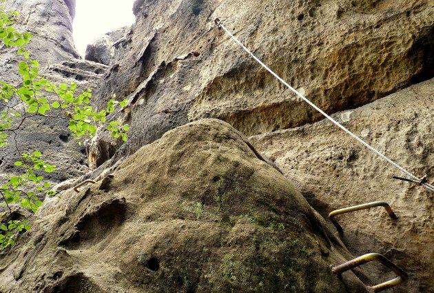 VAIER: Langs ruten er du sikret med en vaier, og flere steder er det laget jerntrinn i berget. Her fra en rute i Sveits.  FOTO: Ronny Siegel / Wikimedia Commons