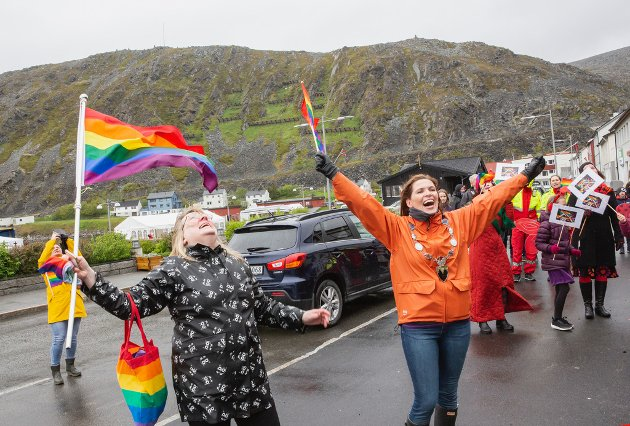 FEIRET PRIDE: Ungdomsleder Unni Esp og ordfører Stine Aklselsen jublet over den aller første flaggheisingen av det internasjonale Pride-flagget utenfor rådhuset i Kjøllefjord forrige fredag.