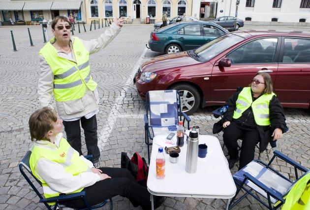 Stor streikevilje: For første gang på 36 år streiker renholderne. Anita Svartedal, Mai-Britt Fagerli og Kari Grønlie fra ISS satt streikevakt. Foto: Tom R. Andreassen