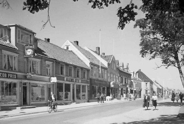 Det var ikke fredelig eiendomsoverdragelse som i 1942 gjorde slutt på familien Kleins næringsvirksomhet i Storgata 62 i Tromsø. Etter krigen ble Kleins forretning til Kleins Eftf. Dette bildet er fra 1950-tallet.