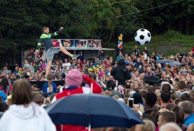 CUP-MESTEREN: Fotball, fred, fest og flørting står i fokus en uke hver sommer under Norway Cup. Her sparker Tony Isaksen fotballfesten i gang. Foto: Berit Roald
