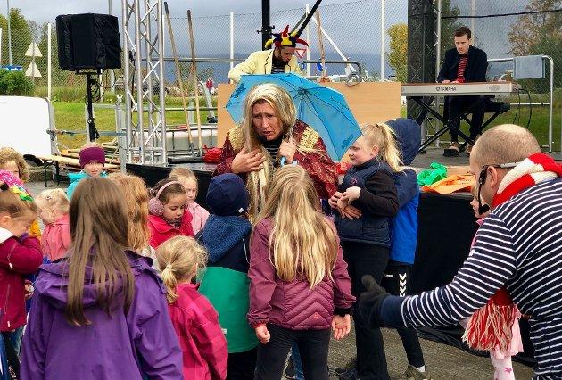 Billig Brus underholdt barna i regnet på Åpen dag på Remiks miljøstasjon.
