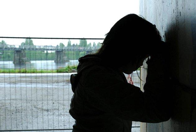 Selvmord: Rundt 600 mennesker tar sitt eget årlig i Norge, flere enn det antallet som dør i trafikkulykker og drukningsulykker til sammen.  La oss snakke om det, være åpne. Men vi kan ikke unnlate samtidig å snakke om psykiatri og psykisk helsevern. Illustrasjonsfoto: Merete Netteland