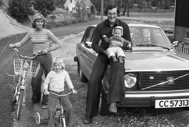 FAMILIEN: Tom Lund, kona Solveig og barna Hanne og Trine (på armen) fotografert foran «Tommy»s Volvo 244 på midten av 1970-tallet. Bildet ble tatt i forbindelse med en hjemme-hos reportasje i familiens hus et steinkast fra Åråsen. foto:tore sannum