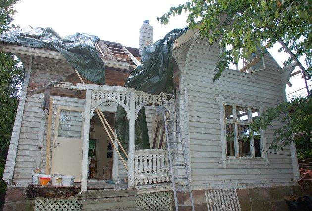 FØR: Slik så Bakkelund ut da Kristin Graff og hennes søster kjøpte huset i 2008. – Hele den vakre terrassen ble tatt fra hverandre i biter og alt som var råttent ble kopiert, sier Graff.