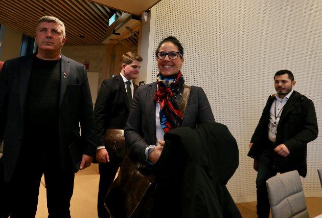 Kvartett: Roar Larsen og Kariann Dahle fra Ap på vei inn i bystyresalen. Det samme gjelder for herrene bak, Sander Olsen (H) og Julian Osorio (V)