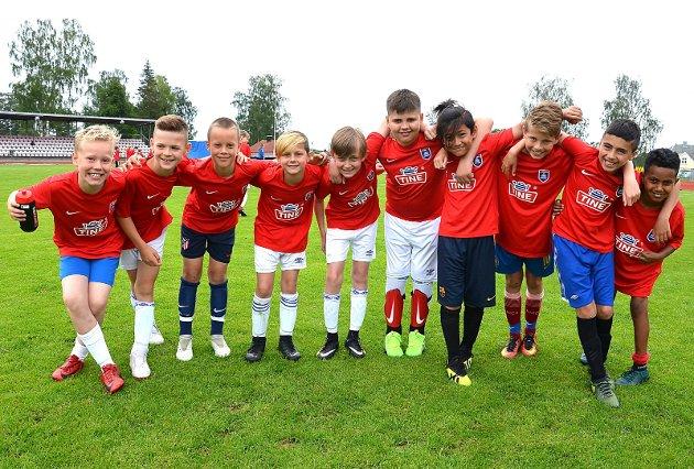 GLAD GJENG: Denne gjengen koste seg tydelig sammen på Askims fotballskole. Blidere gutter skal man lete lenge etter.