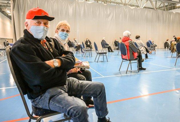 VAKSINASJON: Øystein Naper skryter av vaksineopplegget i Modum. Her er det Jan og Unni Fürst som skal få sin første vaksinedose.