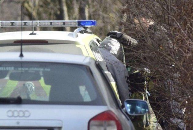Her blir gjerningsmannen pågrepet og kjørt bort av politiet.
