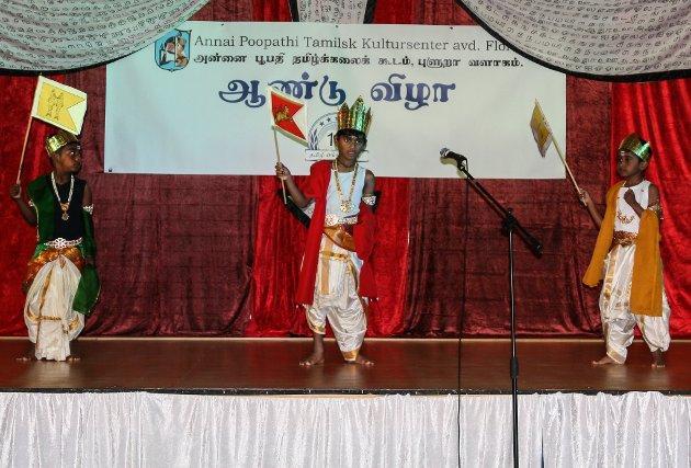 Annai Poophati Cultural Tamilsk Kultursenter 16 år - feiring i gymsalen på Krokane skule.