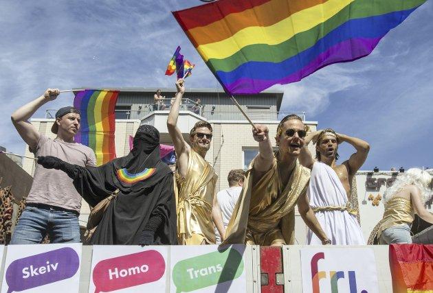 Feiring: Med Pride-paraden i Oslo i dag feirer vi at det er lov å elske den man vil og gifte seg med den man vil. Dette er rettigheter som ikke har kommet av seg selv, skriver vår gjesteskribent Johan Osuldsen. Bildet er fra fjorårets Prise-parade i Oslo. FOTO: NTB/Scanpix