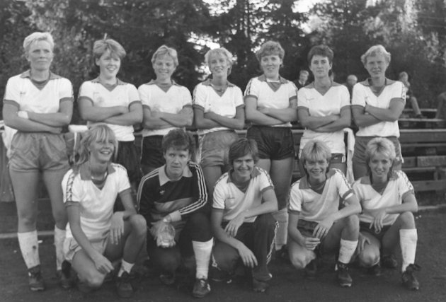 1985: SÅS sitt finale-lag i Hadelandscupen for 35 år siden: Bak fra venstre: Bente Myhrvold, Kari Sletta, Aud Hvalsbråten, Kari Johnsrud, Britt Sletta, Elisabeth Framstad og Kari Hvalsbråten. Foran fra venstre: Torhild Johnsrud, Kari Midtlie, Aud Hansen, Gunn Margaret Ensrud og Hilde Dynna.