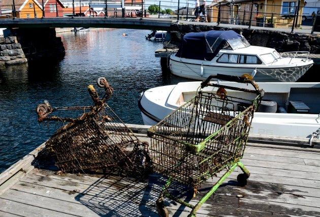 Rundt piren ved fiskebrygga lå flere grønne handelvogner.
