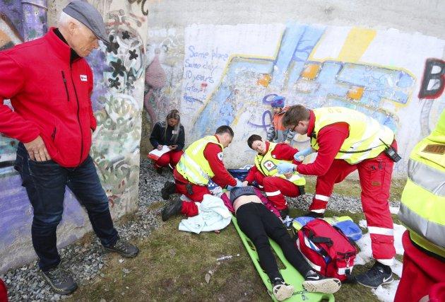 INTERESSERT: President Robert Mood i Norges Røde Kors var med på en realistisk utrykning til vanntårnet i Hebekkskogen hvor markøren hadde «falt» og pådratt seg store skader.ALLE FOTO: STIG PERSSON