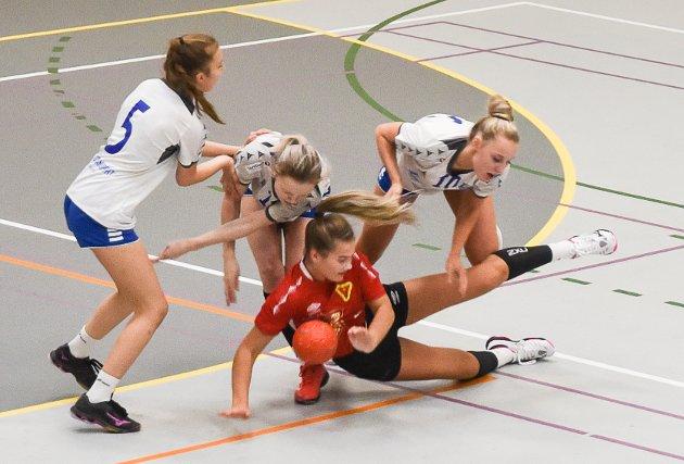 Tre spillere til Junkeren legger en spiller fra Bossmo & Ytteren i bakken.