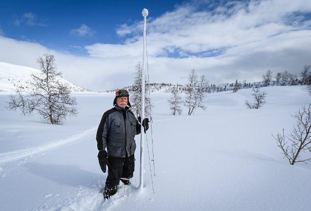 Flaggstanga på nabohytta er 7 meter høy. Knut Stormo har hytte oppe ved Reingardslivatnet og har vel aldri sett slike snømengder.