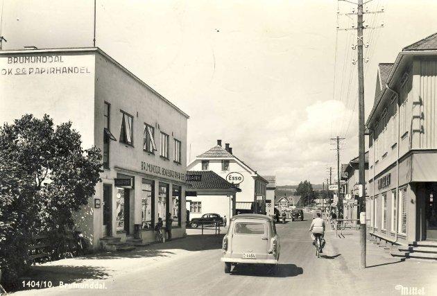 Nostalgi: Dette bildet fra Brumunddal sentrum er tatt en gang på 1950-tallet. Men den tida er over for lengst. Den søvnige stasjonsbyen er borte, og det for godt.