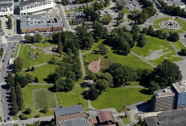 BADEPARKEN: Blir parken beplantet med en større variasjon av stauder, busker og trær kan den bli en oase, skriver Karen Bjerke. Foto: Olaf Akselsen