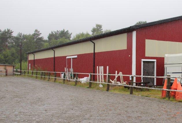 NEI: Rådmannen i Strand sier nei til at ridehallen på Jørpeland igjen skal brukes til lager for båter og bobiler.