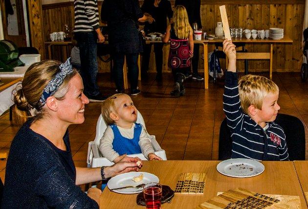 Nordby Menighetsforenings basar er tradisjon på 21. året. Femåringen Johannes har vært med flere ganger, og jublet høyt da han vant fra tante Bjørgs premiebord. Heidi Marie Neerland og bara Maria (1) og Johannes (5) var noen av dem som dro på basartur til Nordby.