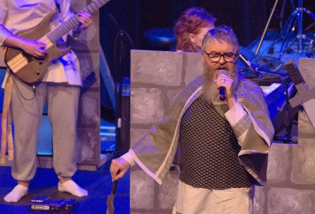 RIDDER: Foruten å traktere tangenter, spiller Hans Petter Herfør rollen som ridder Tierri.
