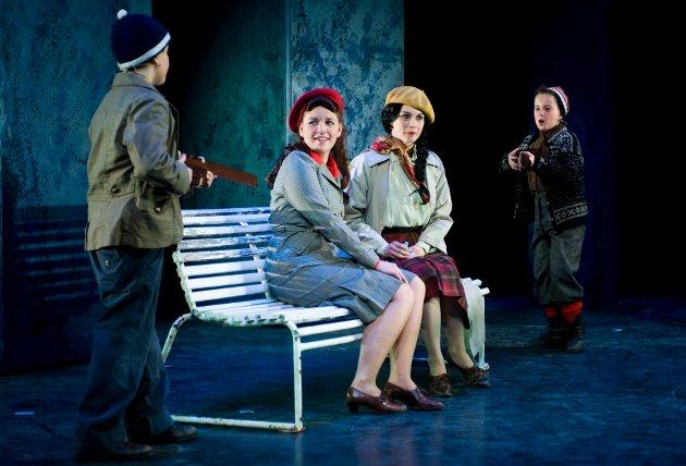 Tøffe gutter og tyskertøser, scene fra musikalen Isfront.