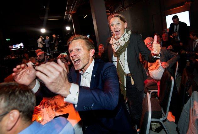 – De blideste vant, heter det i innlegget. Her viser Tage Pettersen og Ingjerd Schou stor glede på valgnatten.
