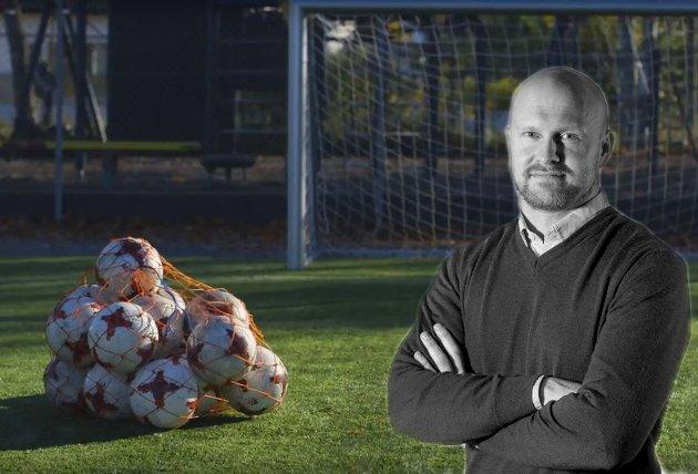 Kunstgress-nei: Joacim Jonsson håper politikerne finner penger til rehabilitering av kunstgressbaner.