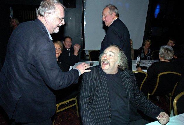 """2007: Thore Hansen ble tildelt den prestisjetunge """"Hedersprisen"""" under Frederikprisen på City Scene i 2007. Her gratuleres han av Klaus Hagerup."""