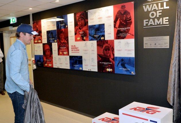 Emil Hegle Svendsen tar en kikk på den ene delen av Wall of Fame som ble avduket i forbindelse med jubileumet til NTG.