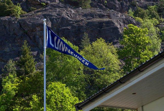 Lunnevika har en helt egen vimpel ved sanitetsbygget.