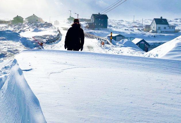 FULL STOPP: En rekke ganger i vinter har fylkesveien i Gamvik vært uframkommelig. Dette bilder levner ingen tvil om at det er umulig å kjøre.