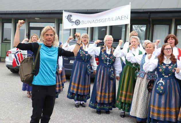 MINISTERMØTE: Renate K. Nordnes viser muskler i forbindelse med at Bunadsgeriljaen tok i mot utdanningsminister Iselin Nybø (V) under et besøk på rådhuset i Alstahaug i sommer.