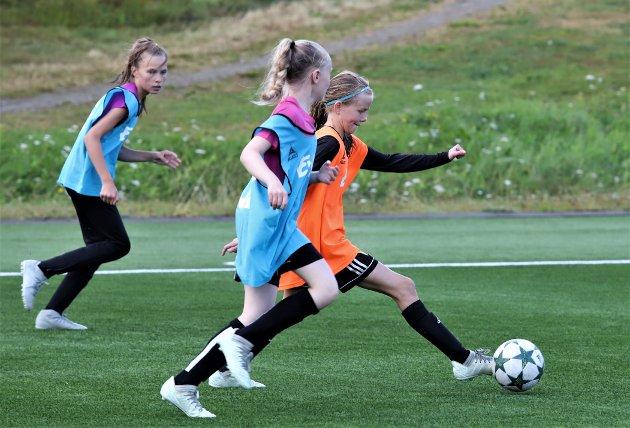Barca-trening for jenter i alderen 12-13 år på Sagbakken.