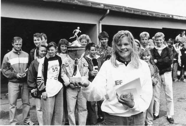"""""""Vårslæppe"""" var stafetten der ungdomsskoleelevene i Rana møttes til vennskapelig konkurranse om å bli det beste laget. Båsmo ungdomsskole seiret i stafetten. Som i fjor og forfjor. Ida Moss viser fram vandrepokalen som skolen fikk til odel og eie. Bildet er fra 1991."""