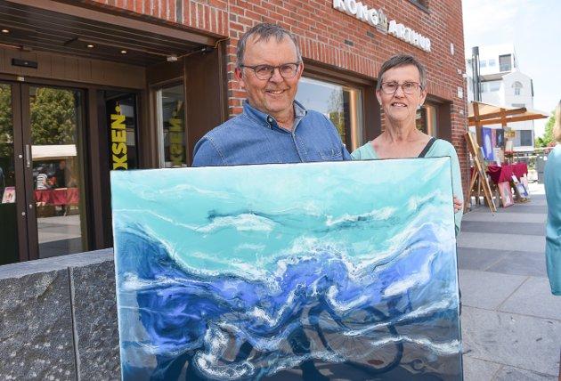 Nytt maleri: Per Ole Lunden og Reidun Lunden kjøpte seg et nytt maleri å henge på veggen lørdag. – Vi likte det på grunn av fargen og det at havet er motivet, sier Reidun Lunden.