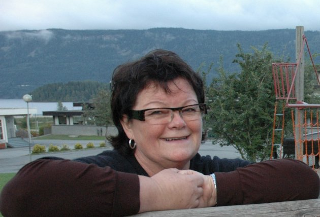 Anita Gomnæs (Sp) mener man bør se på muligheten for å legge ungdomsskolen til  Helgelandsmoen. Hun ønsker ingen nedleggelser av grendeskoler.
