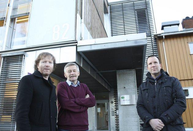 Petter Stensby (i midten) fotografert sammen med Sps Sigbjørn Gjelsvik (t.v.) og Leif Erik Dahl utenfor skattekontoret som skal stenges. FOTO: Nina Skyrud