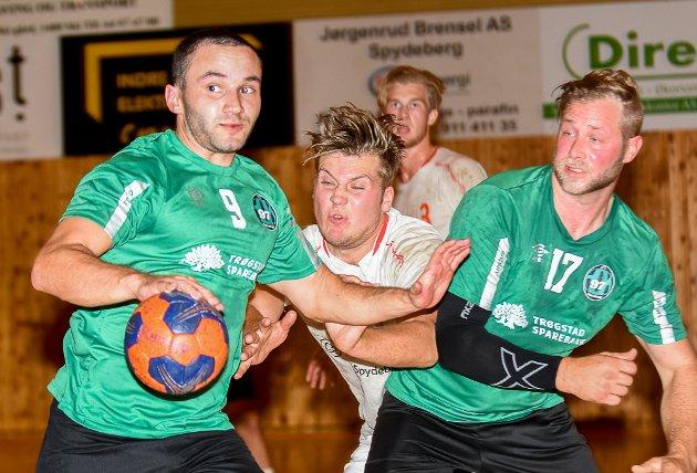 TETTE DUELLER: HK Trøgstad-spillerne Sebastian Halvorsen Foss (t.v.) og Pål Christian Vedahl (t.h.) holder Skiptvet-spilleren på betryggende avstand i denne duellen.