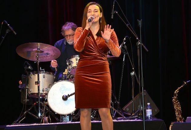 """NYDELIG SANG 1: Trøgstad-kvinnen Azra Nukicic var en av to solister under konserten. Her framfører hun vakkert """"Fly me to the Moon"""" med et smil."""