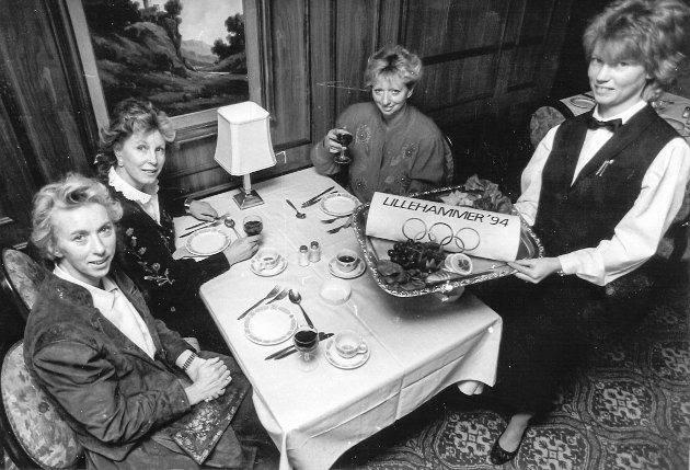 Forberedelser til vinter-OL i 1994 i Lillehammer. Reiselivsbransjen jobbet for å bli bevisst på hvordan man skulle være en god representant for sin bransje. F.v: Vigdis Øverby, Elisabeth Sletten, Ingebjørg Fosmark og Margrethe Heim.