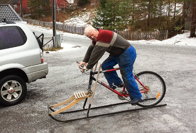ÅRETS NYKOMMER?: Du har sikkert hørt om sparkesykkel, men neppe om sykkelspark. - Jeg tok den en tur på Harestuavatnet. Den gikk som ei kule, sier Bjørn Løkken.
